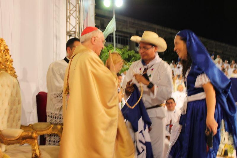 Padre Samuel Murcia de Sonsonate entrega al delegado del Papa la Bandera de El Salvador.